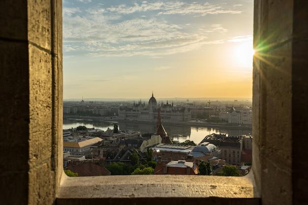 Parlementsgebouw van boedapest met mening van de rivier van donau in hongarije