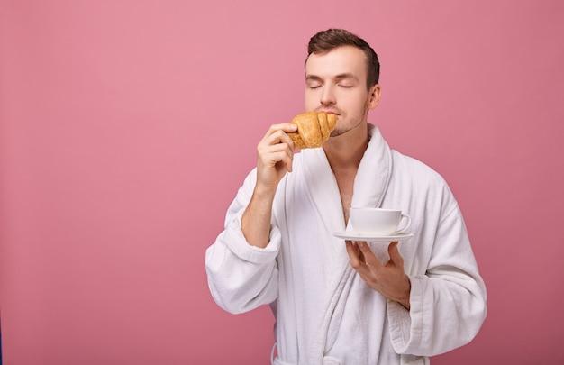 Parmantig mannetje snuift geurige broodjes