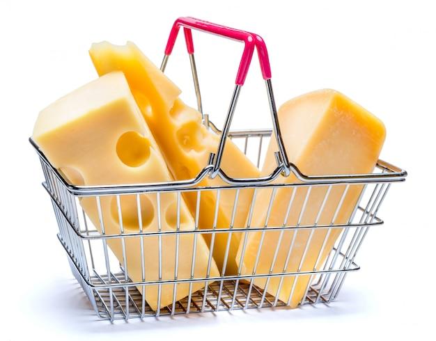 Parmezaanse kaas en cheddarkaas in een klein winkelwagentje