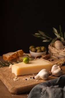 Parmezaanse kaas en knoflook op snijplank