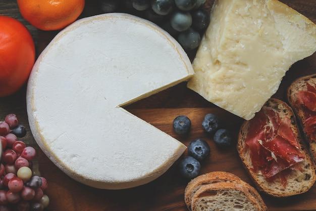 Parmezaanse kaas en reblochon kaas op houten bord