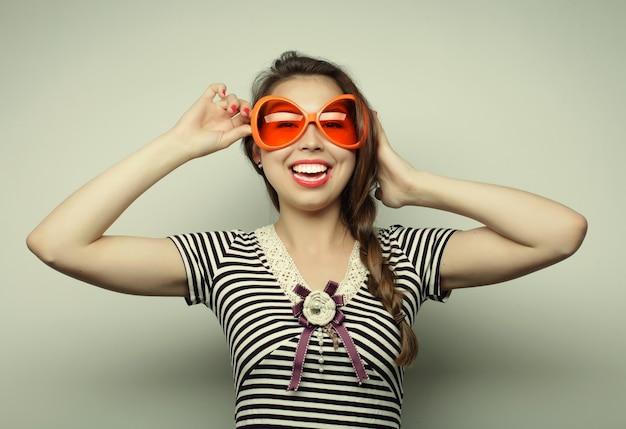 Partij afbeelding. speelse jonge vrouw met grote feestbril en kroon. klaar voor een goede tijd.