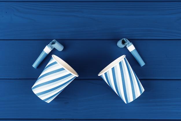Partij bekers op blauwe houten planken, bovenaanzicht