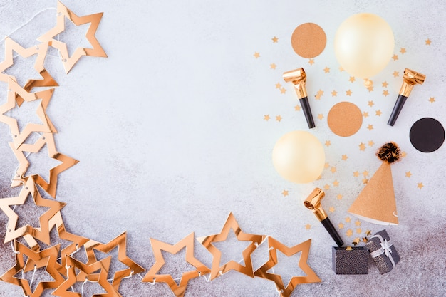 Partij, carnaval, festival en verjaardag gouden achtergrond met ballon, kleurrijke partij streamers en confetti.