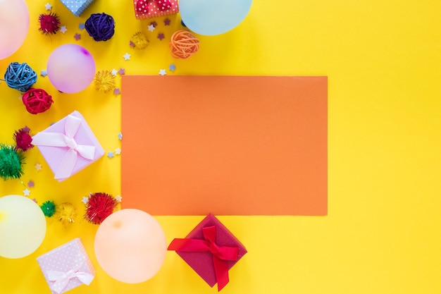 Partij kleurrijke ballonnen op gele achtergrond