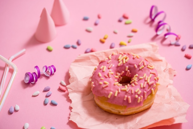 Partij. kleurrijke suikerachtige ronde geglazuurde donuts. feestpet, klatergoud, snoep