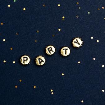 Partij kralen tekst typografie op donkerblauw
