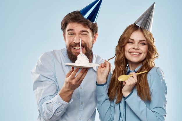 Partij man en vrouw verjaardagstaart zakelijke plezier blauwe achtergrond. hoge kwaliteit foto