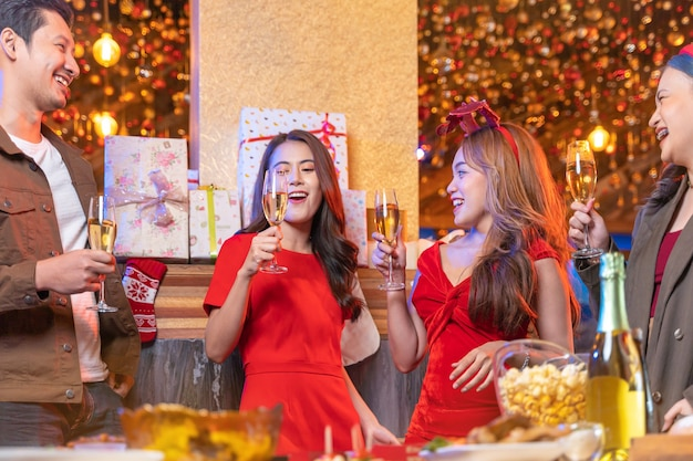 Partij van vrouwelijke en mannelijke vieren van geluk vrienden kerstavond vieren diner