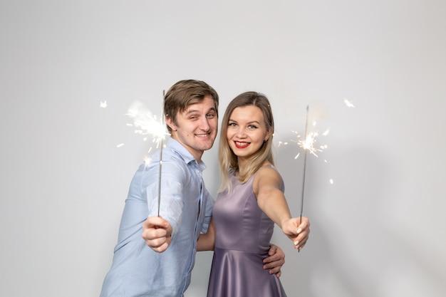 Partij viering evenement en vakantie concept man gekleed in blauw shirt en vrouw gekleed in paars