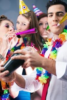 Partijmensen in bar die carnaval vieren