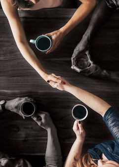 Partner handen schudden in een café