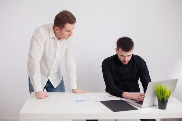 Partners bespreken het werkproject in het kantoor van het bedrijf