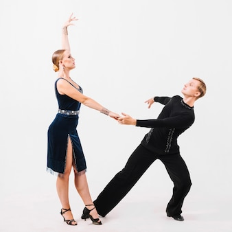 Partners die op witte achtergrond dansen