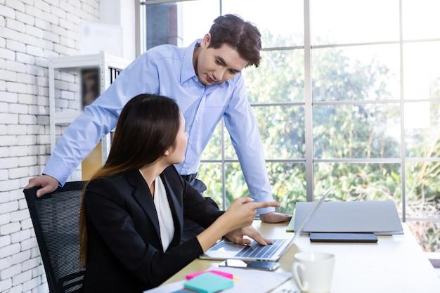 Partners die zakelijke kwesties bespreken