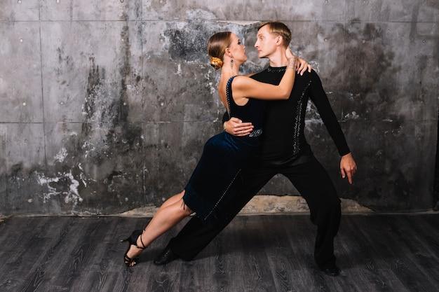 Partners kijken elkaar aan tijdens de dans