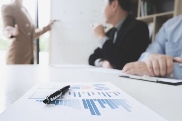 Partnersvergadering op een kantoor, selectieve nadruk