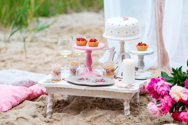 Party candy bar met gebak op het strand