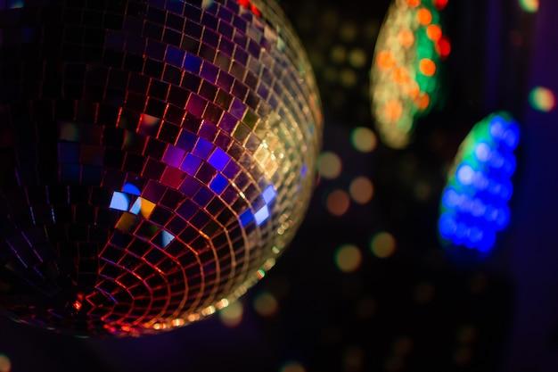 Party disco spiegelbol reflecterende paarse lichten.