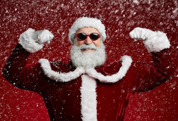 Party santa in sneeuw