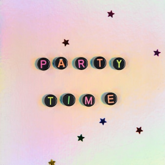 Party time kralen tekst typografie op pastel