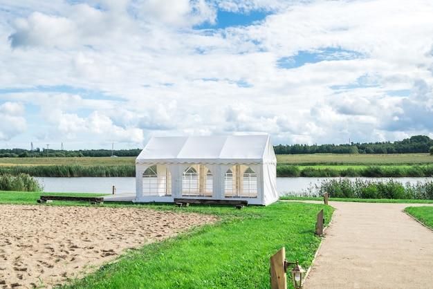 Party wedding outdoor patio tent aan het meer