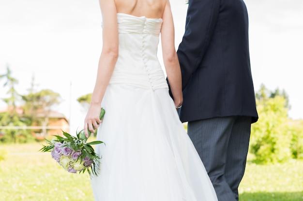 Pas getrouwd stel wandelen