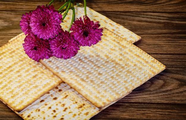 Pascha matzoh joodse vakantiebrood over oude houten tafel