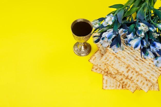 Pascha symbolen matzoh, rode wijn en bloemen. joodse feestdag.