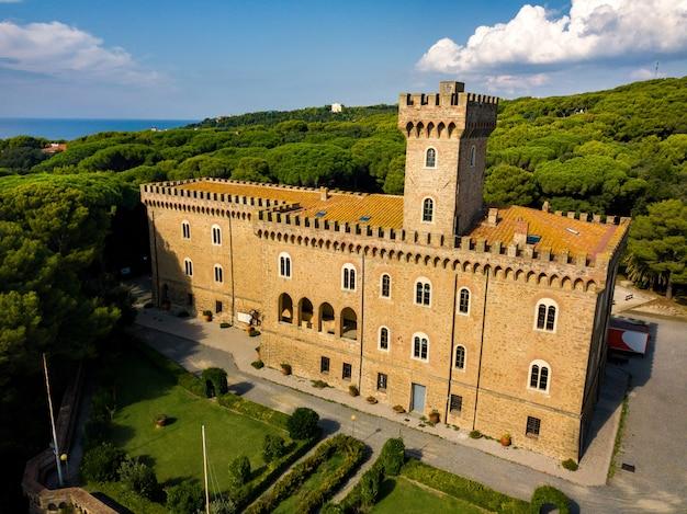 Paschini castle is een middeleeuws kasteel gelegen in castiglioncello in toscane