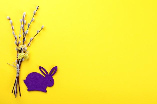 Pasen achtergrond. boeket van wilgen en konijn