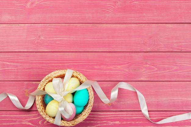 Pasen achtergrond. kleurrijke eieren in een nest van stro