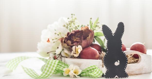 Pasen-achtergrond met de mand van het konijntje en van pasen