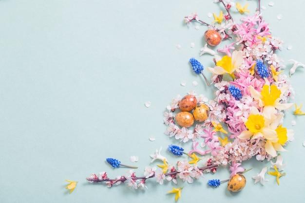 Pasen achtergrond met eieren en bloemen