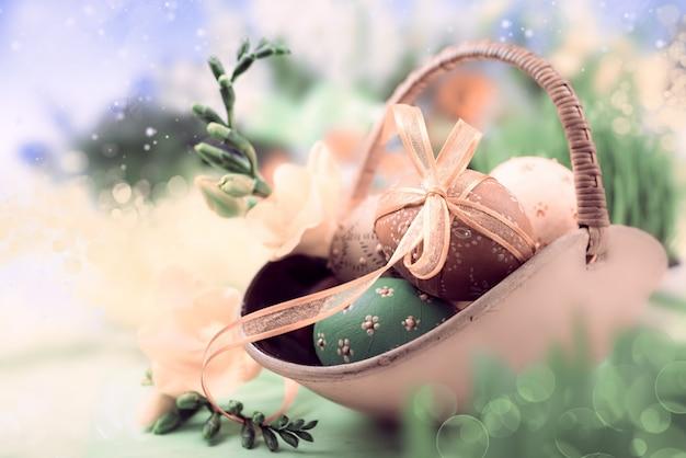 Pasen-achtergrond met eieren en de lentebloemen