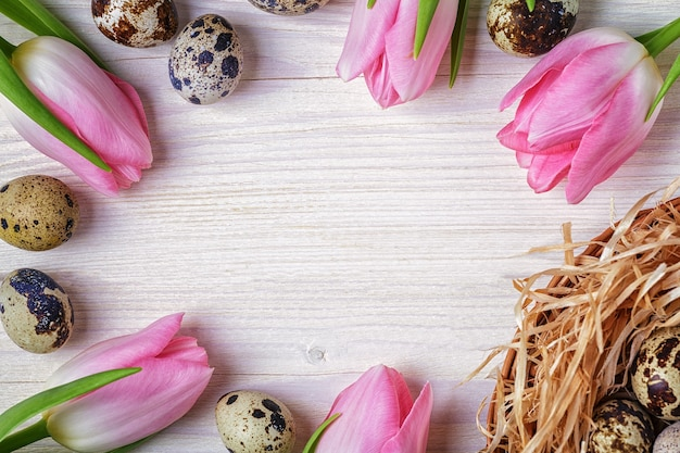 Pasen achtergrond roze tulpen op houten tafel
