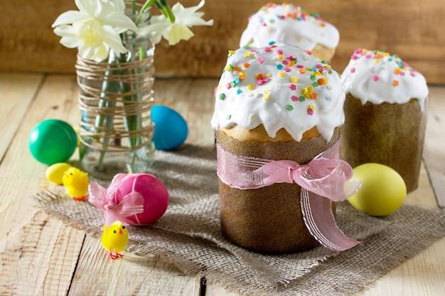 Pasen achtergrond. traditioneel eten op de vakantietafel thuis koken - brood en beschilderde eieren. pasen recept.