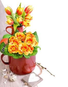 Pasen-arragement met de lentebloemen en eieren op hout, tekstruimte