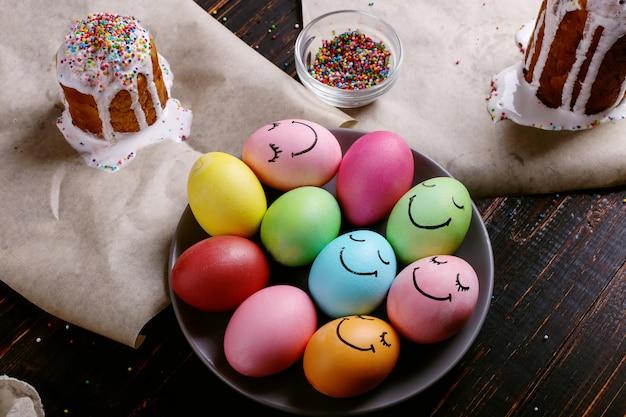 Pasen-bakken met suikerglazuur en gekleurd poeder en eieren