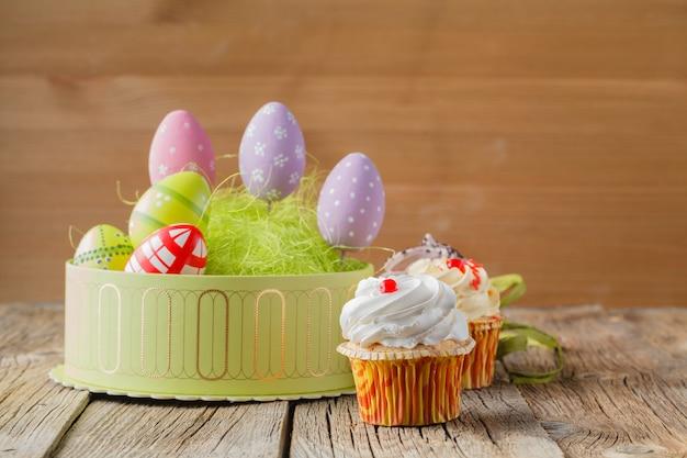 Pasen behandelt, kleurrijke cupcakes