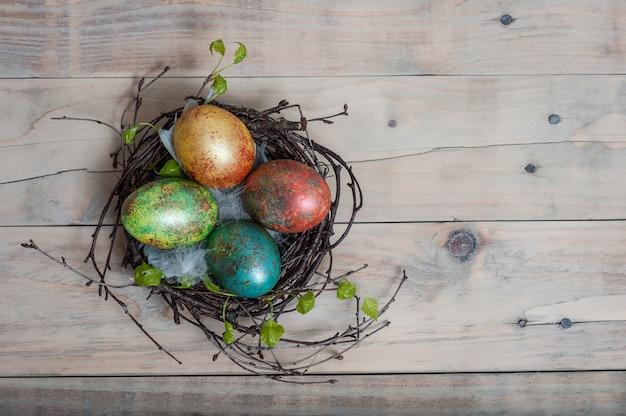 Pasen berk nest met handgeschilderde paaseieren