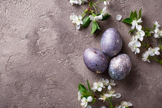 Pasen beschilderde eieren met marmeren effect