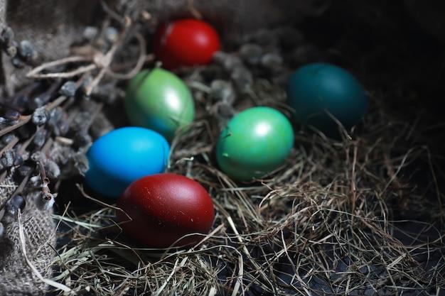 Pasen beschilderde eieren op jute en stro