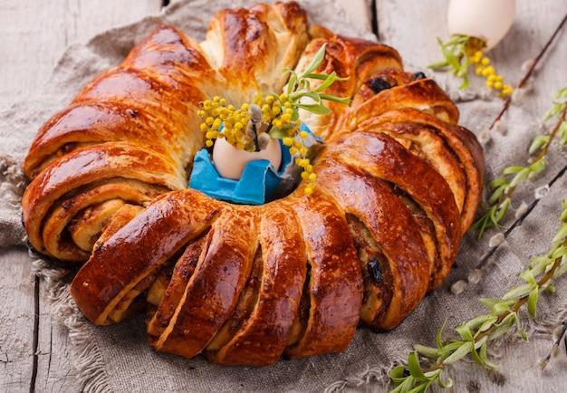 Pasen-brood met eigendecoratie en bloemen