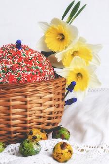 Pasen cake beschilderde eieren narcissen lente samenstelling rustieke retro stijl