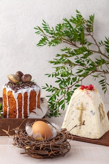 Pasen-cake, bloemen en ei op witte achtergrond