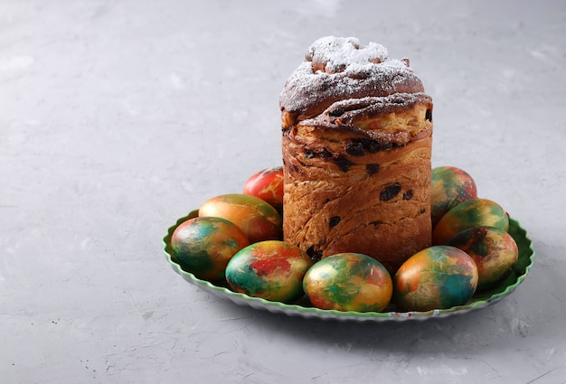 Pasen-cake craffin en marmeren kleurrijke eieren op grijze achtergrond. ruimte voor tekst. concept van de lente orthodoxe kerkvakantie.