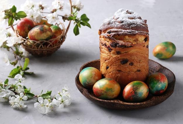 Pasen-cake craffin en marmeren kleurrijke eieren op grijze oppervlakte. concept van de lente orthodoxe kerkvakantie. horizontaal formaat