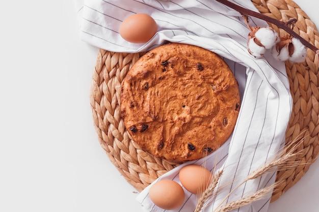 Pasen-cake en eieren op rieten doek