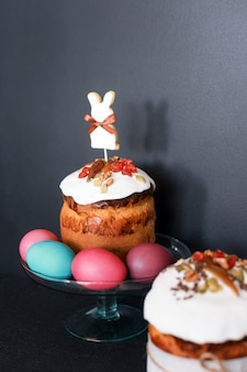 Pasen-cake en geschilderde eieren. pasen-samenstelling met orthodox zoet brood